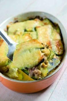 Parmigiana ricca di zucchine, con salsiccia, mozzarella e caciotta