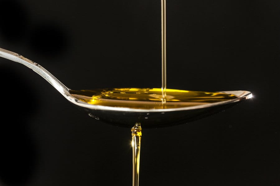 Olio che cade su un cucchiaio