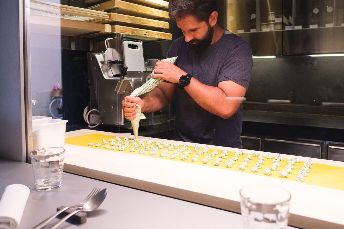 Alessandro Miocchi prepara la pasta fresca da Retropasta