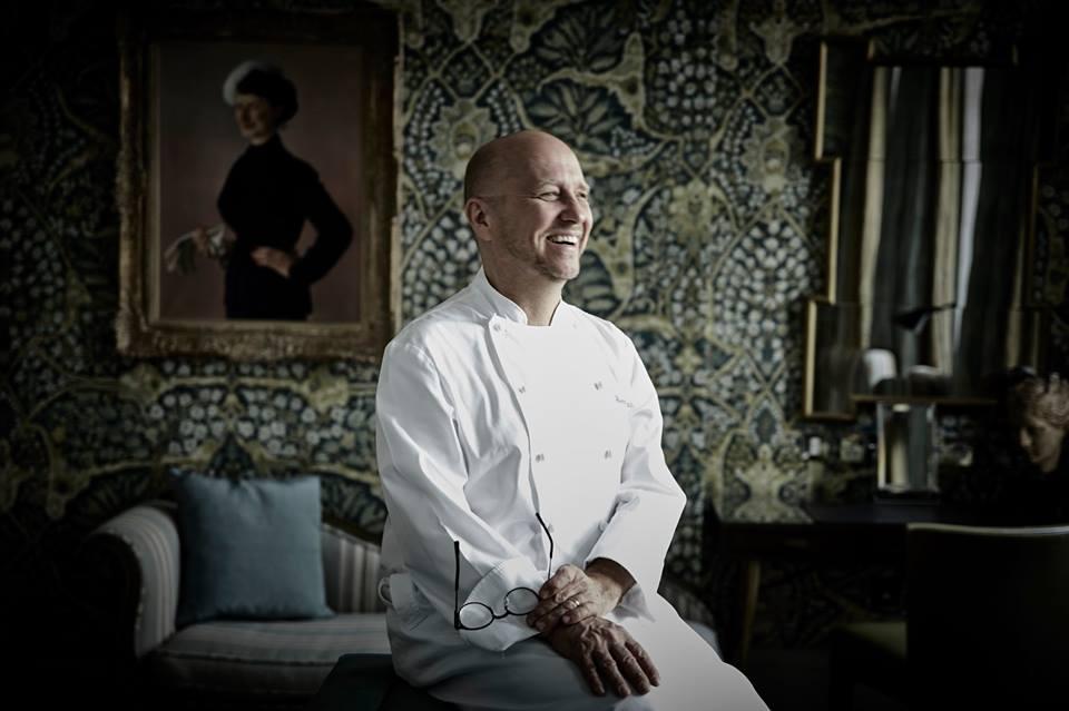 Heinz Beck in una delle sale del Browns Hotel di Londra, in divisa da chef