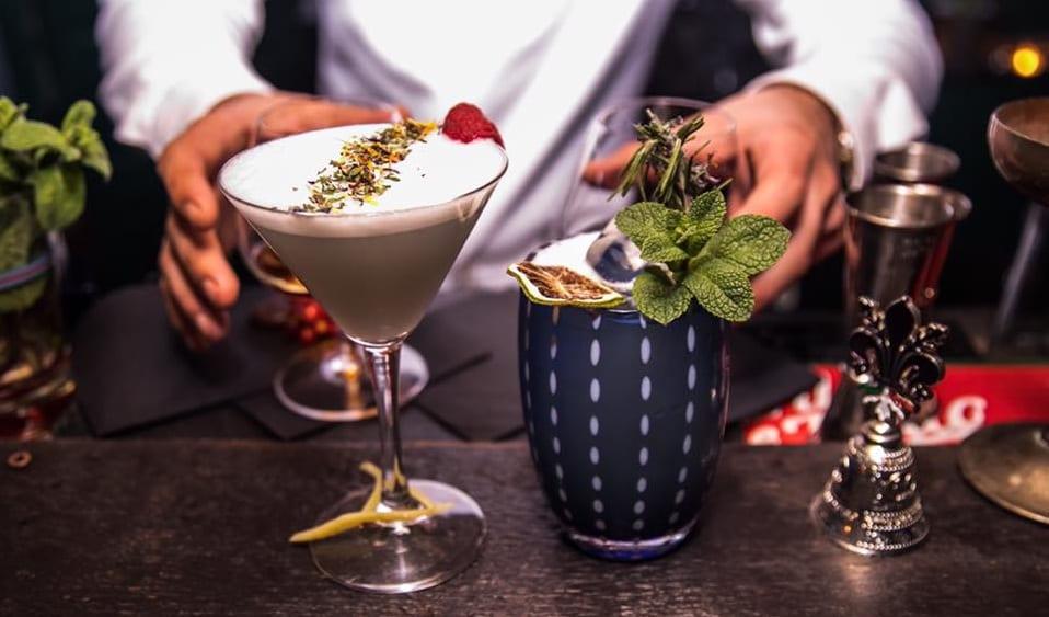 Due cocktail pronti al banco di Bolla, Roseto degli Abruzzi