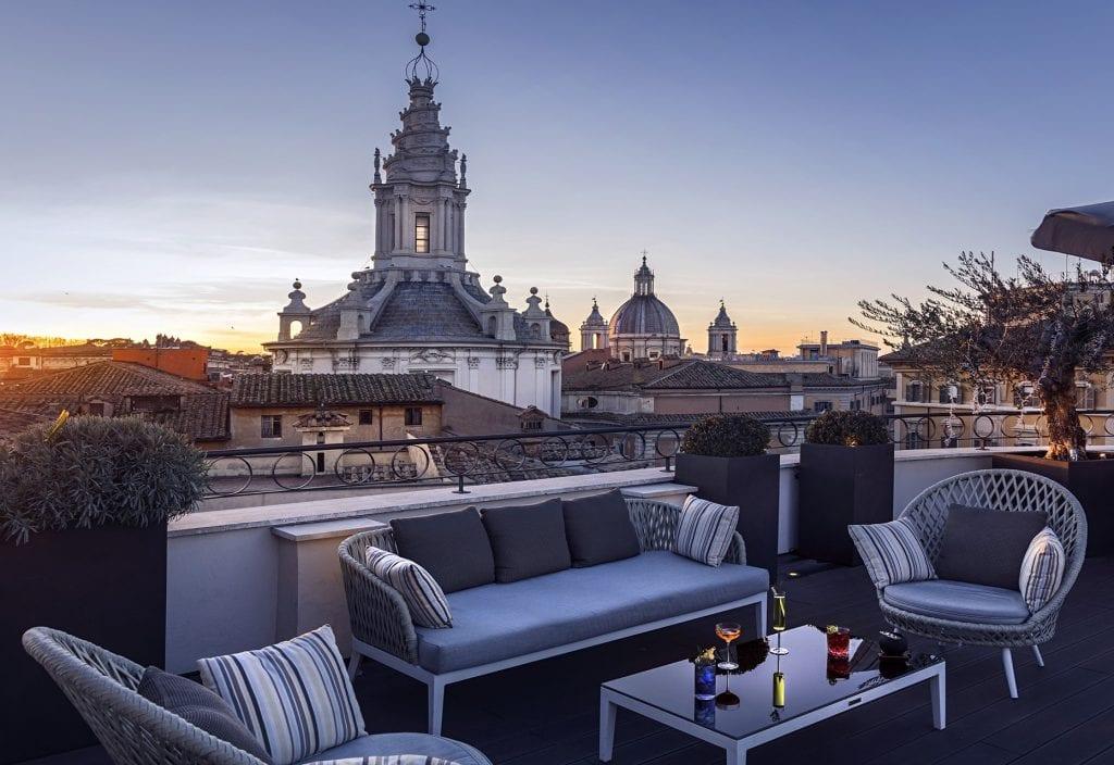 Aperitivo a Roma all'aperto: Il divanetto con salottino del Divinity Terrace