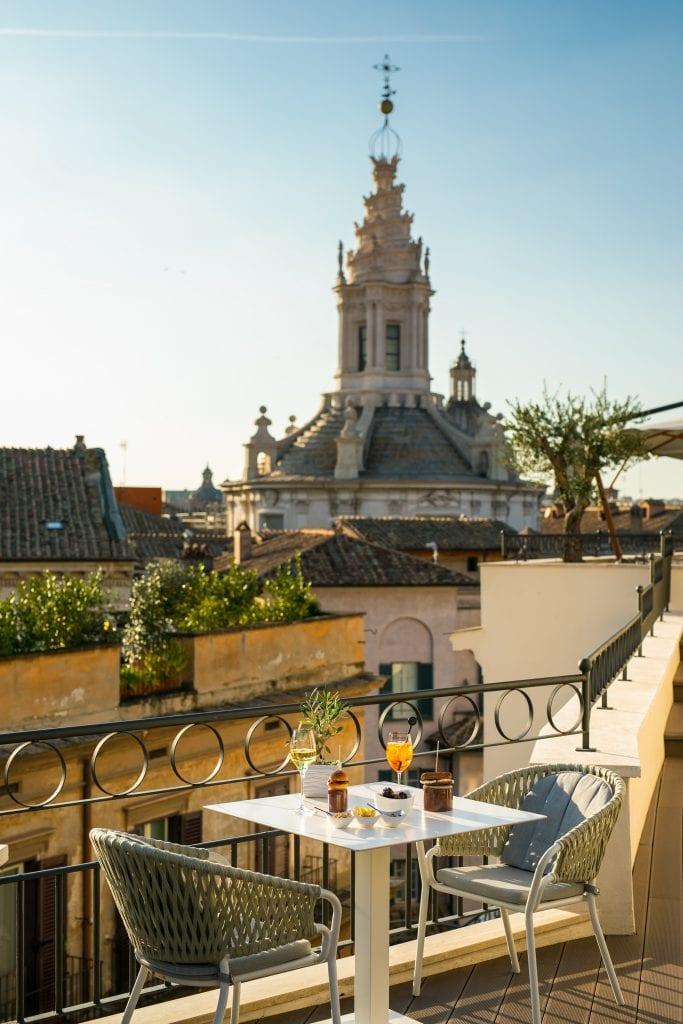 Unn tavolo conn vista al Divinity terrace del pantheon Iconic Rome Hotel