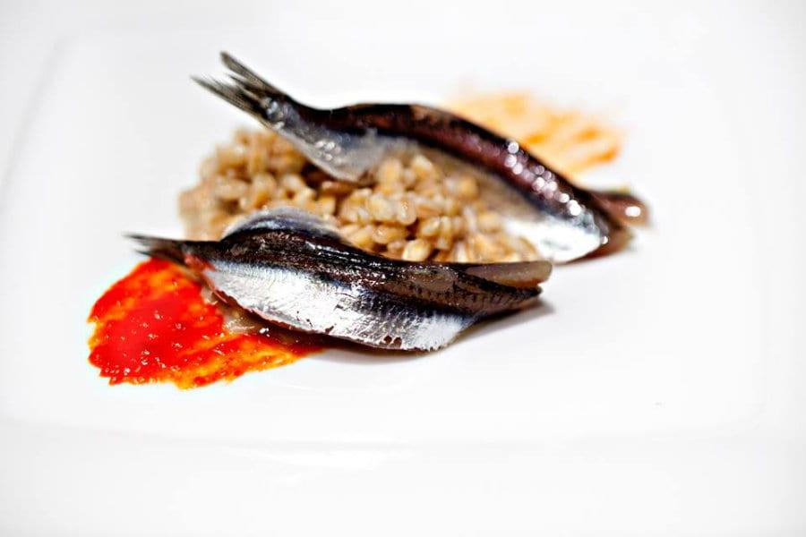 La ricetta del Farro come un risotto di alici