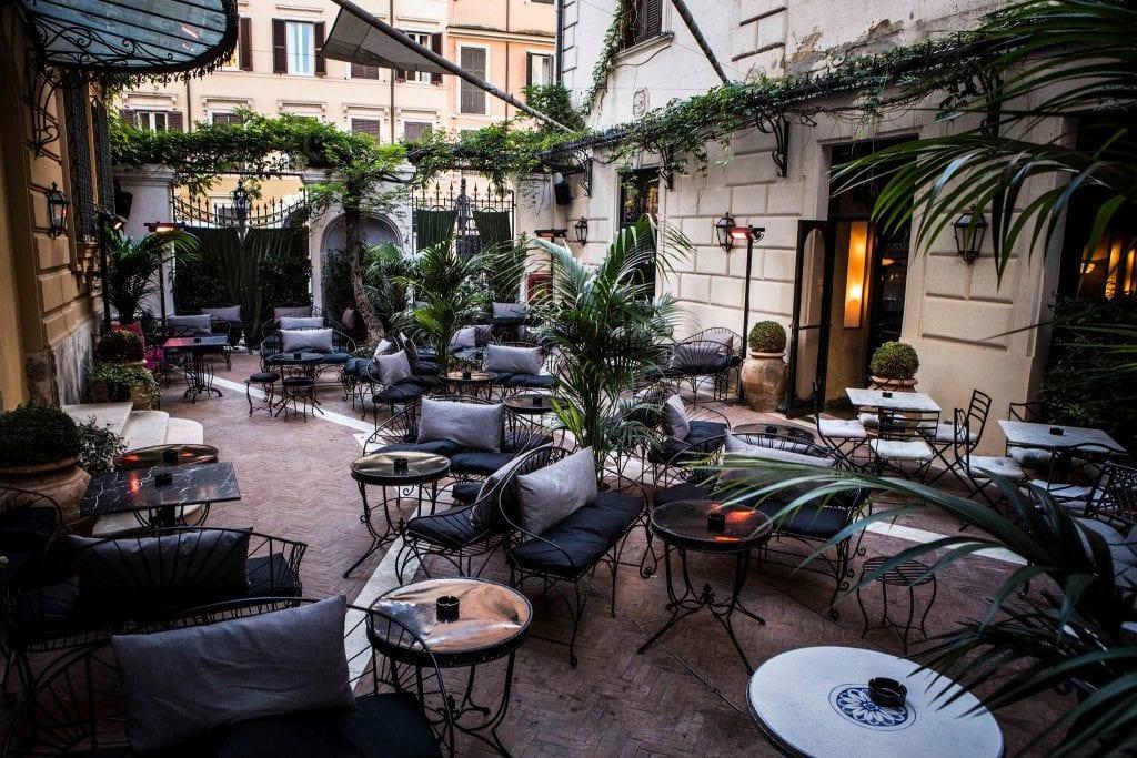 Il cortile del'hotel locarno roma