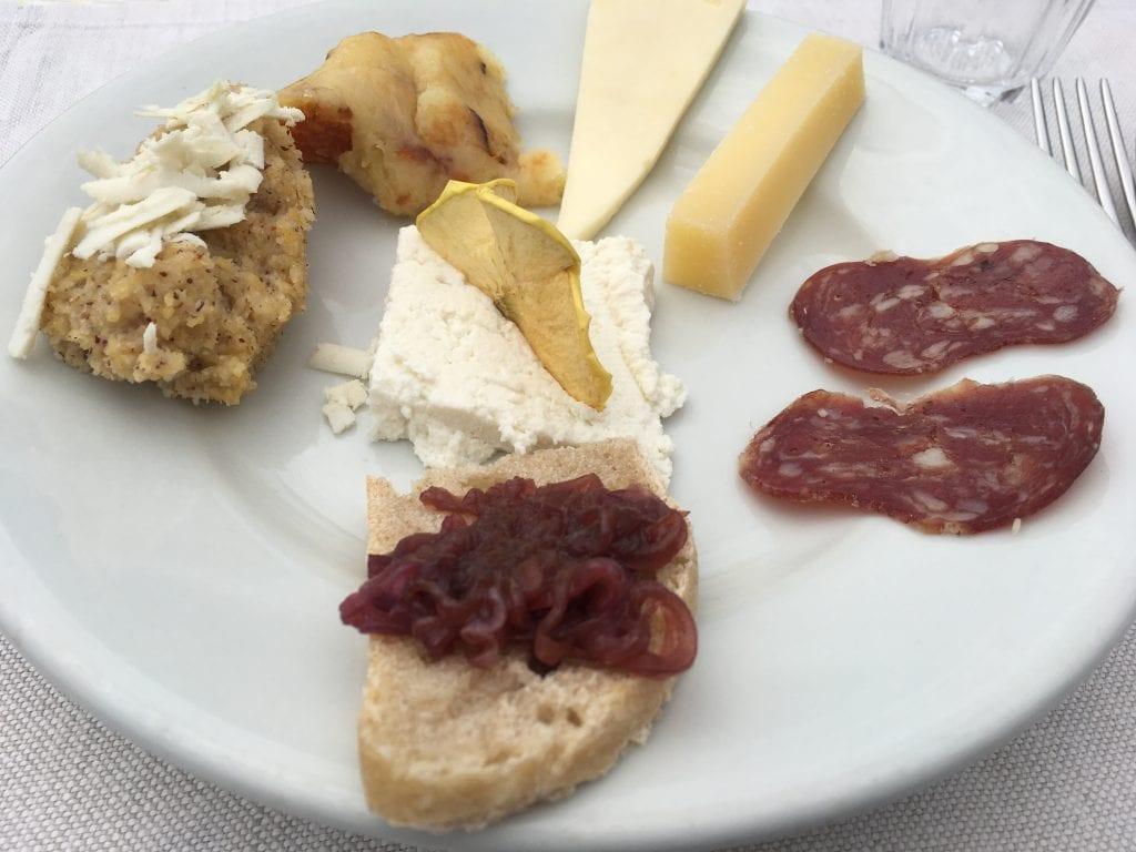Taglieri di formaggi vaccini e salame di pecora della Malga Glazzat