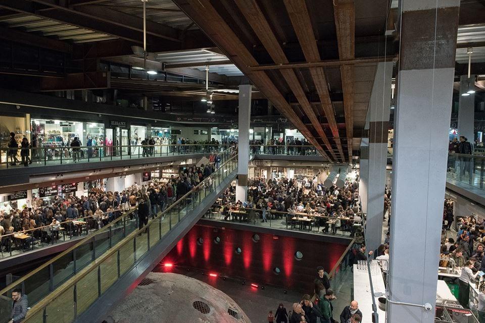 L'interno del Mercato Centrale di Torino, affollato, visto dal secondo piano
