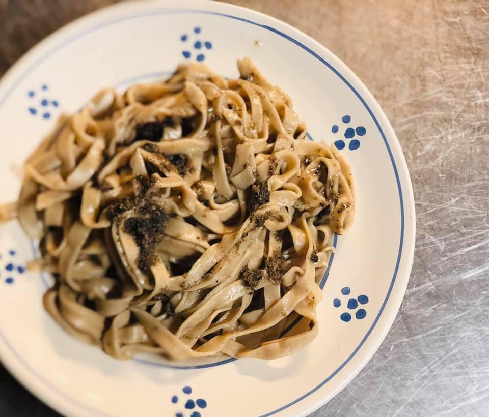 Un piatto di fettuccine con tartufo da NeraFera, su piatto in ceramica decorato con pitture blu