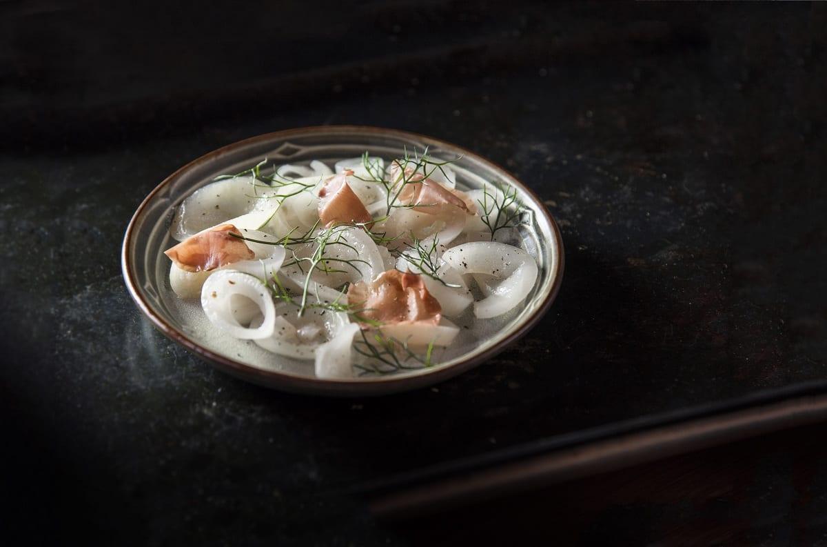 Un piatto di Rantan, su fondo nero