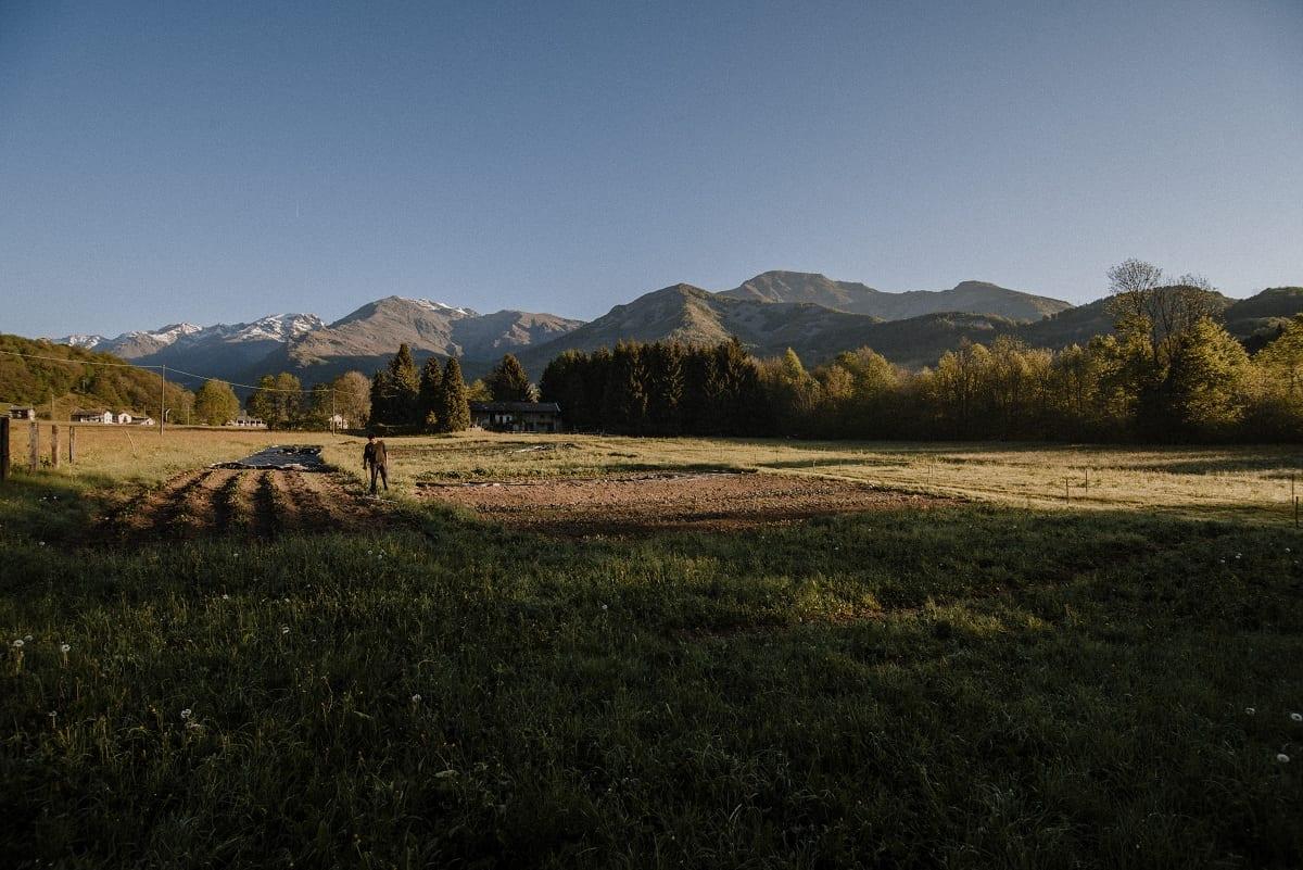 I campi di Rantan, con le montagne della Val Chiusella