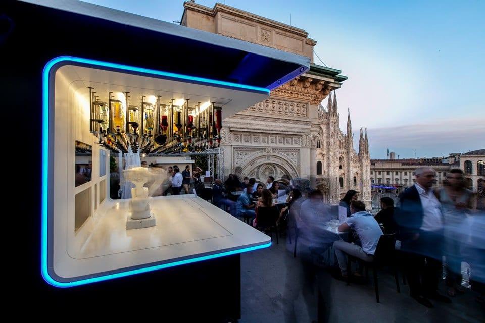 Il bar robotico Makr Shakr sulla terrazza The View con vista sul Duomo di Milano
