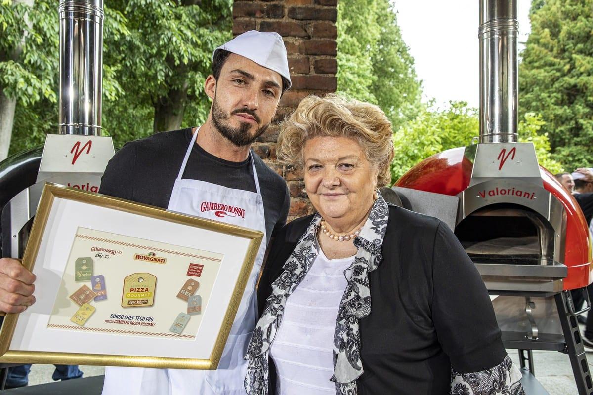 Vincenzo Beneduce, vincitore del Premio Rovagnati Food Academy, con la signora Rovagnati