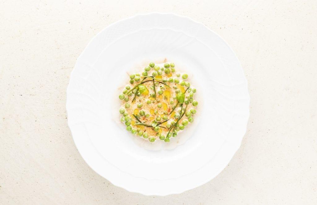 Spigola marinata, maionese al pomodoro e piselli. un piatto di gaia giordano per Spazio Foto Brambilla Serrani