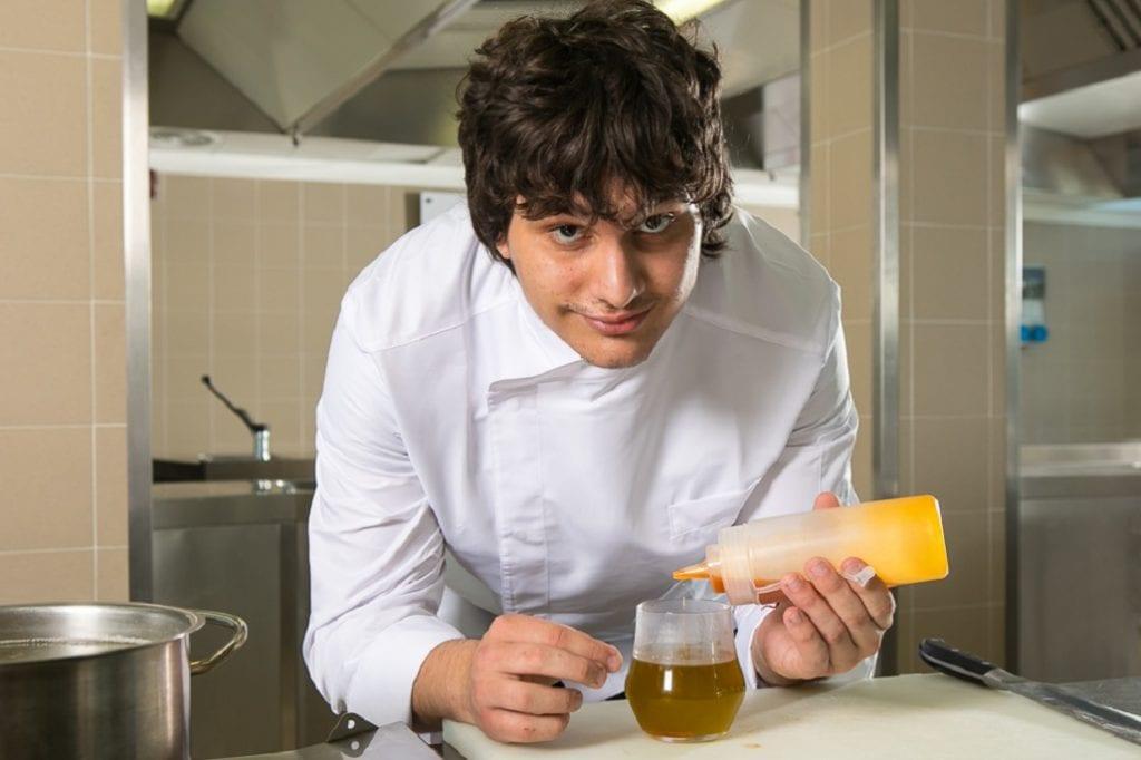Valerio Braschi al lavoro in cucina