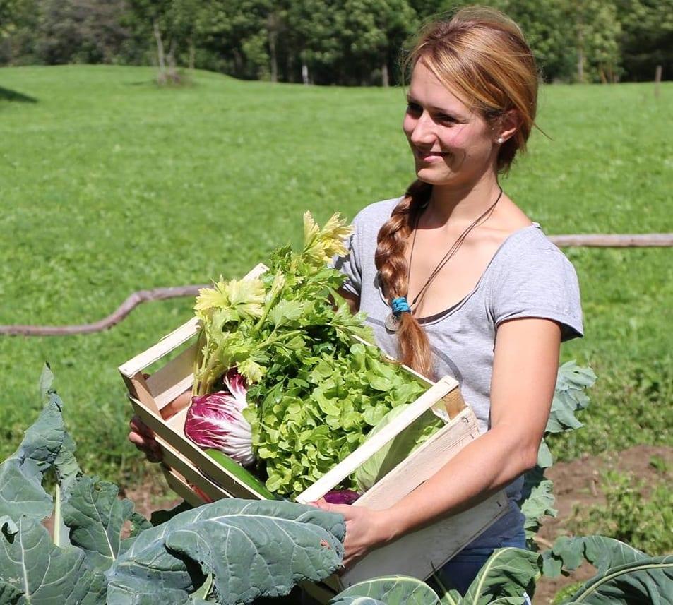 Patrizia Pedergnana nell'orto, con una cassetta di ortaggi appena colti