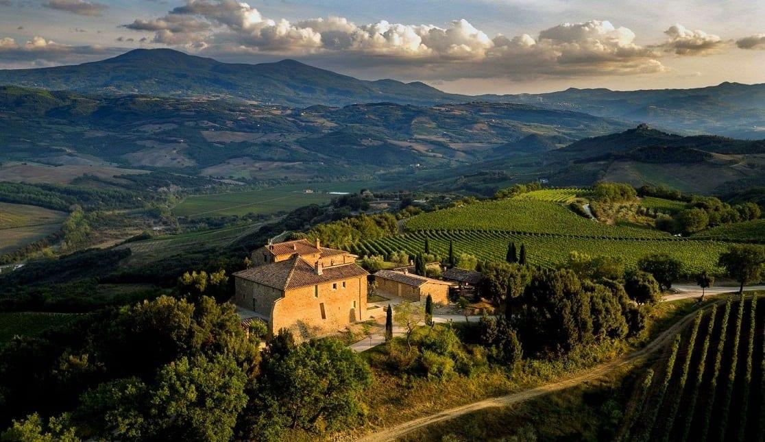 Campaccio: Borgo Mastrojanni con il relais e la tenuta vista dall'alto, intorno le colline di Montalcino e la Val d'Orcia