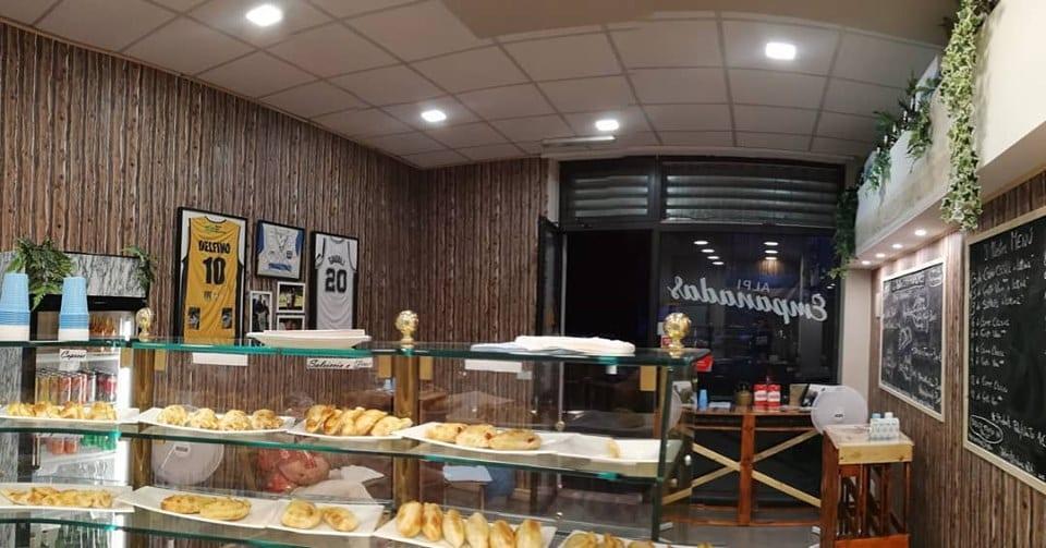 Il locale Alpi Empanadas visto dal banco con le empanadas pronte