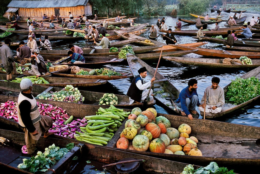 Un mercato sull'acqua fotografato da Steve McCurry