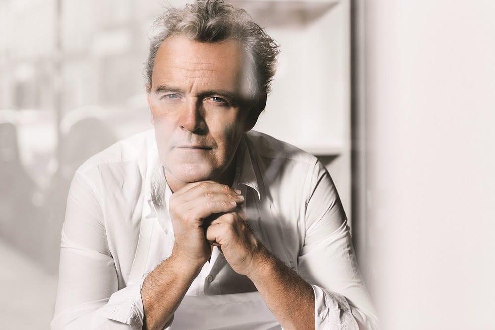 Alain Passard ritratto seduto, con camicia bianca