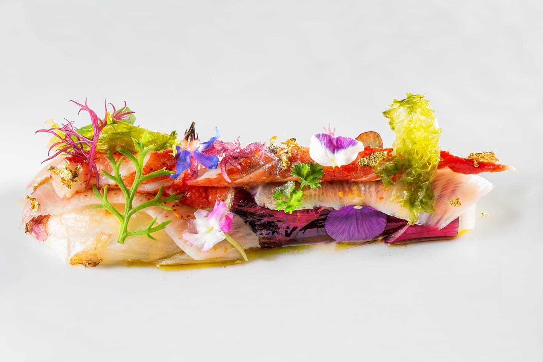 Composizione di sashimi, fiori, alghe nel piatto di Wicky's