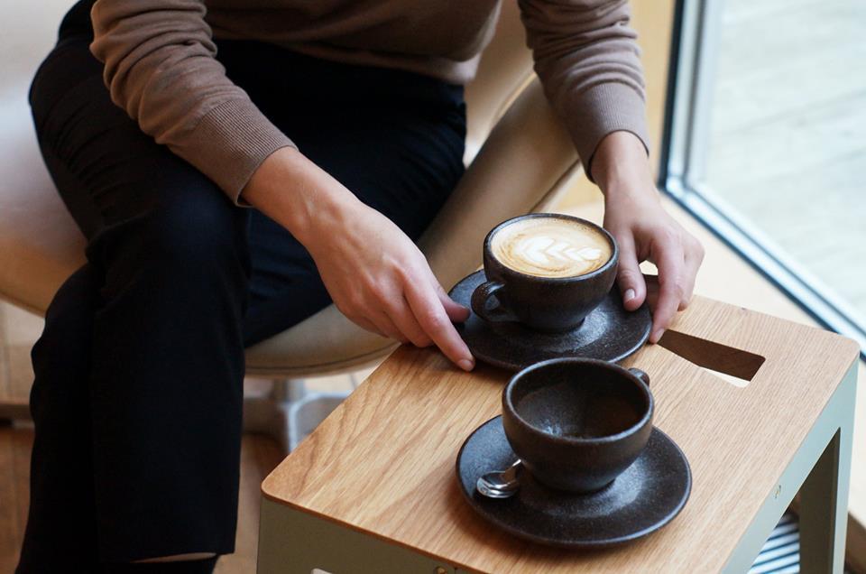 Tazze da cappuccino fatte con fondi di caffè