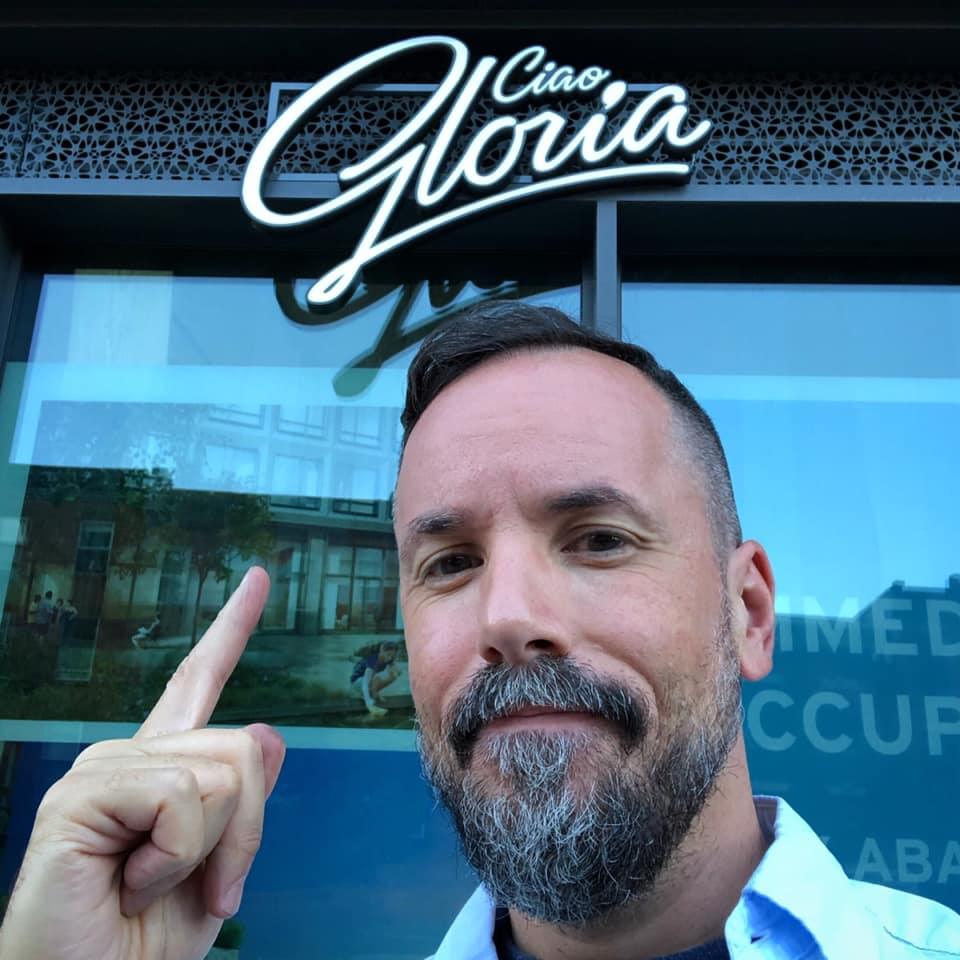 Proprietario di Ciao, Gloria di fronte al locale