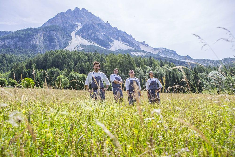 La brigata di Aga sulle Dolomiti, in un prato di montagna