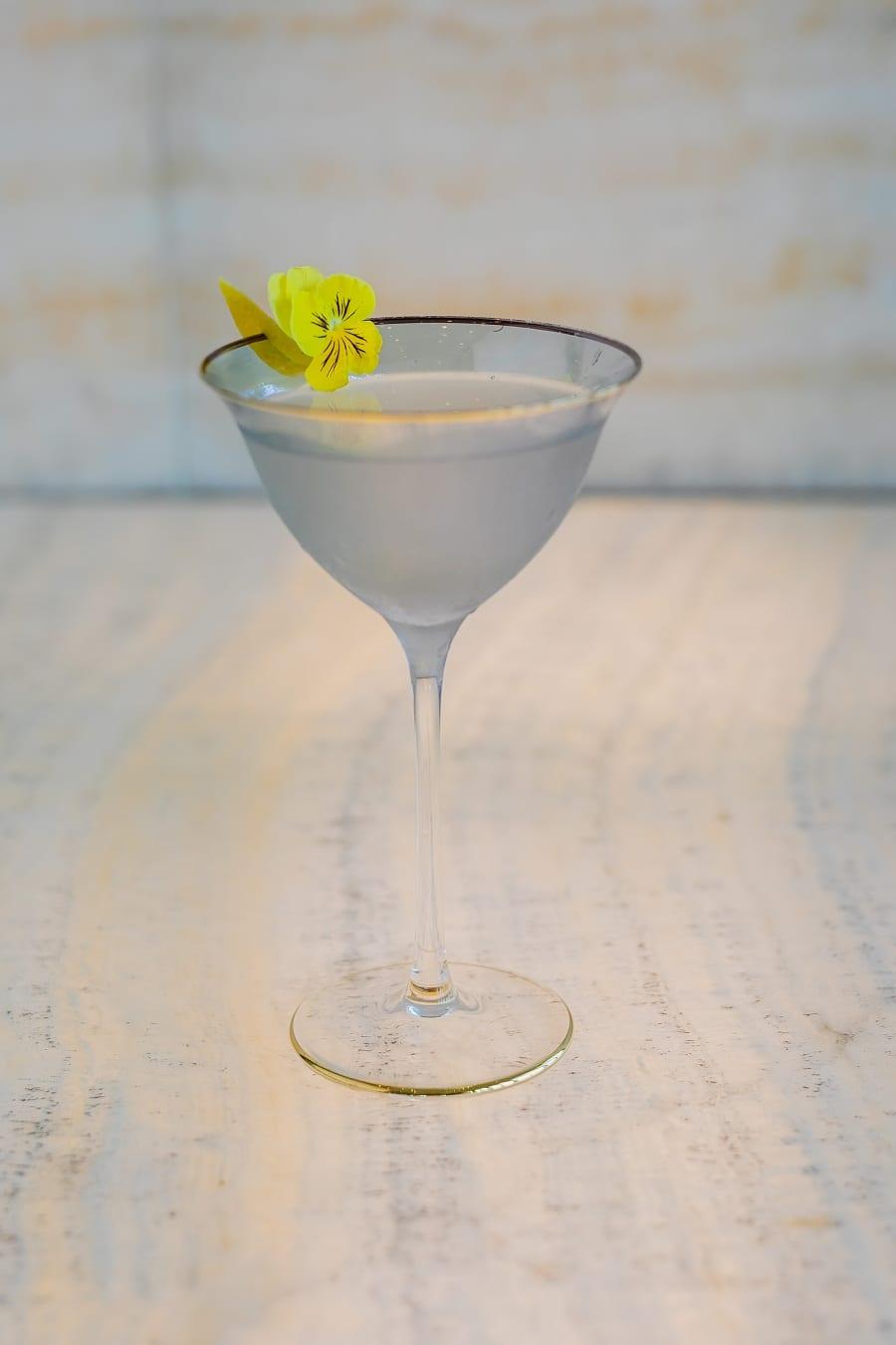 Ginza: cocktail in coppa con guarnizione floreale al Bamboo Bar