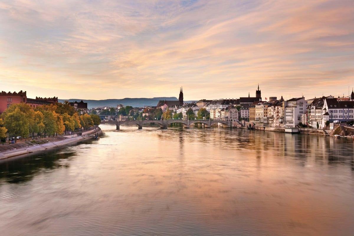 Vista di Basilea al tramonto dal fiume