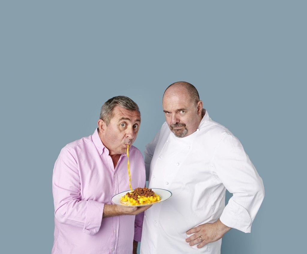 Vito e Max Poggi con un piatto di tagliatelle al ragù