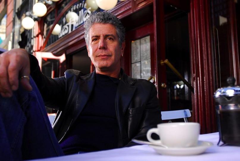 Anthony Bourdain al tavolo di un caffè