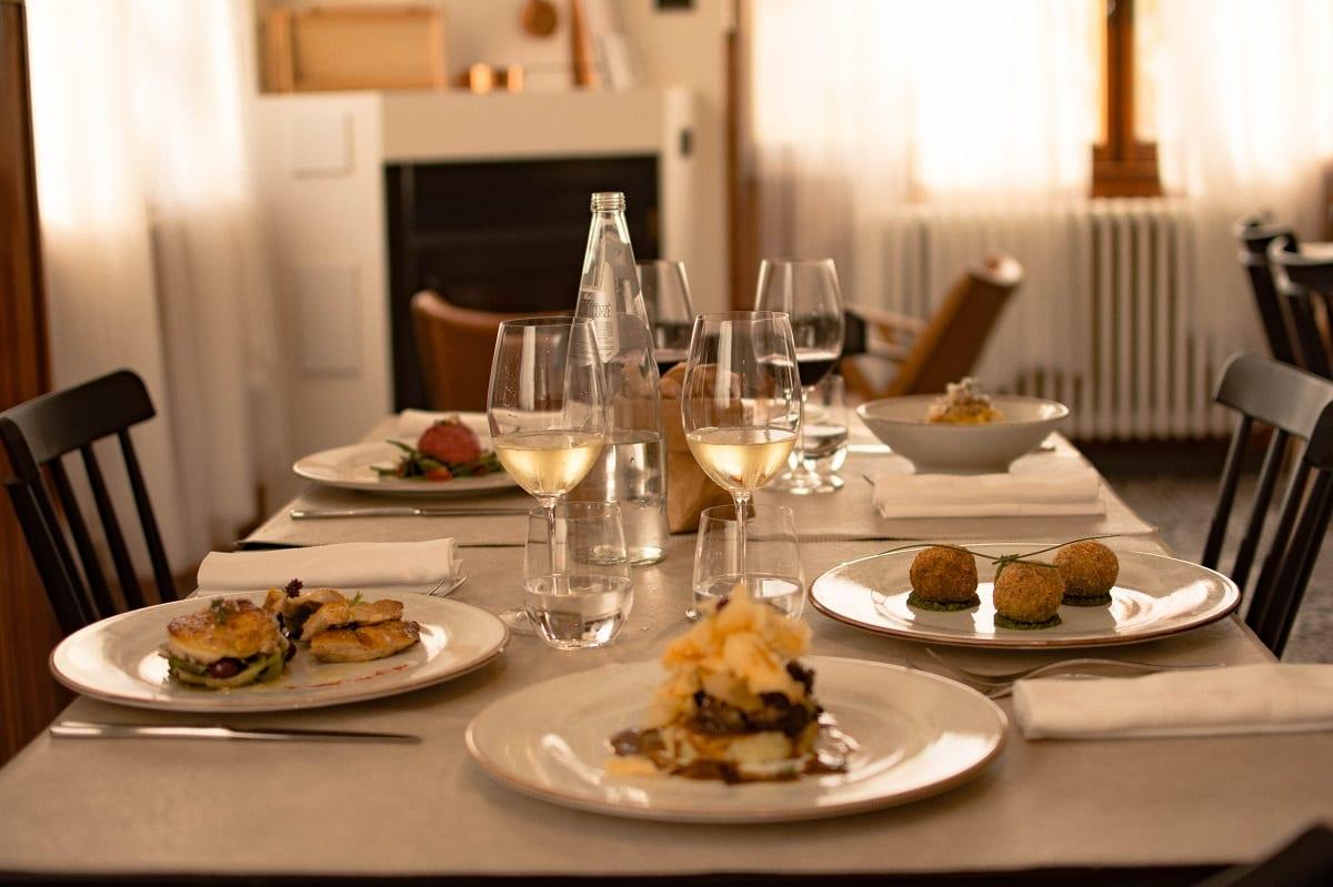 Tavola apparecchiata da Buccia a Sabaudia, con piatti in tavola