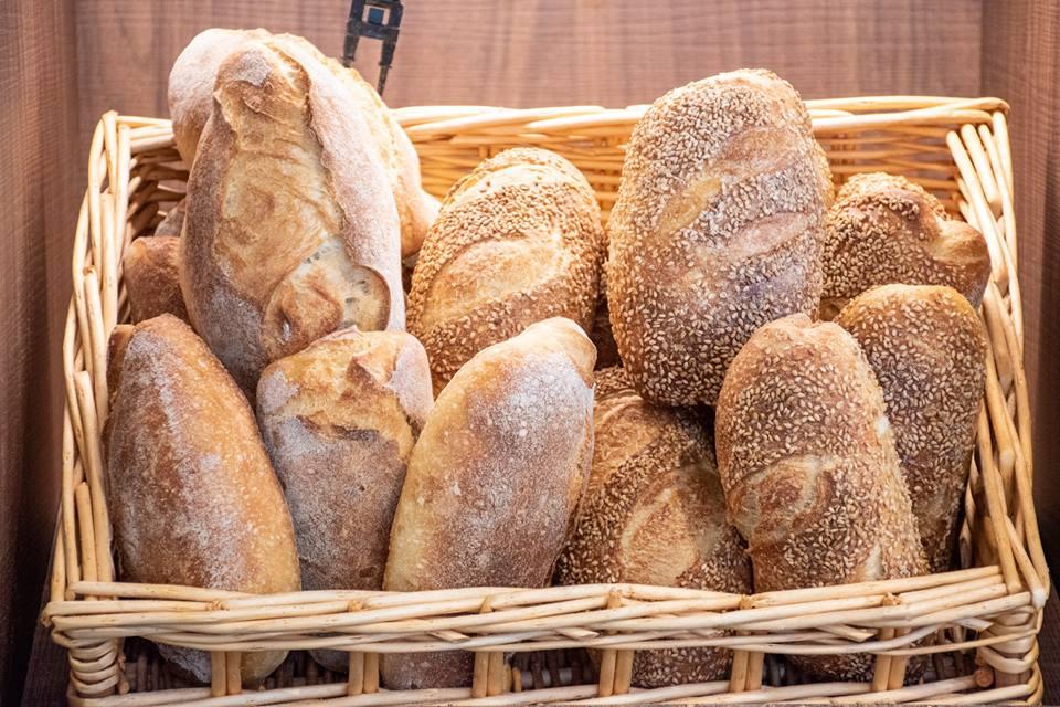 Un cesto in vimini con il pane da grani antichi di Tommaso Cannata