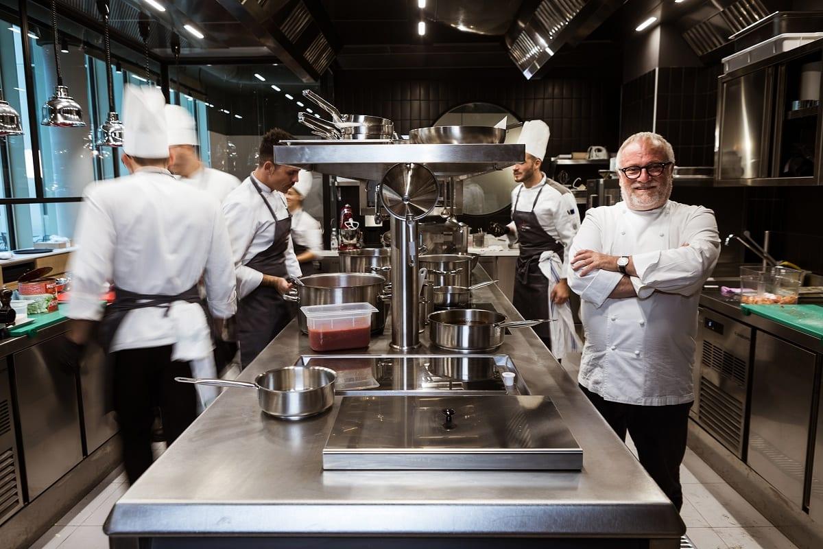 Antonello Colonna in cucina con la sua brigata