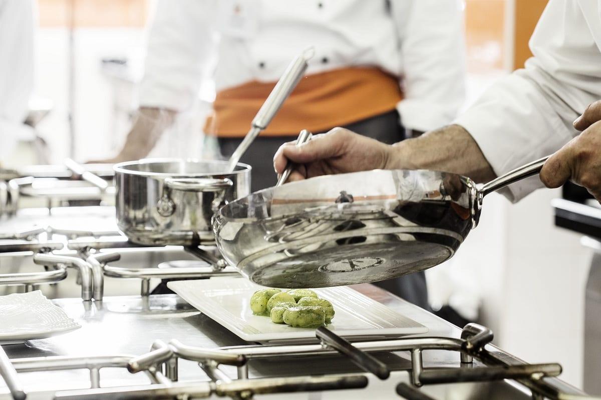 Padelle sui fornelli di Coquis, la scuola di cucina a Roma