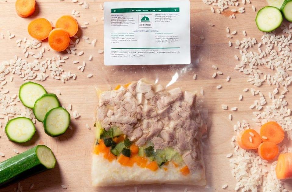 Una monoporzione sottovuoto di cibo per cani a base di carne, carote, zucchine e riso