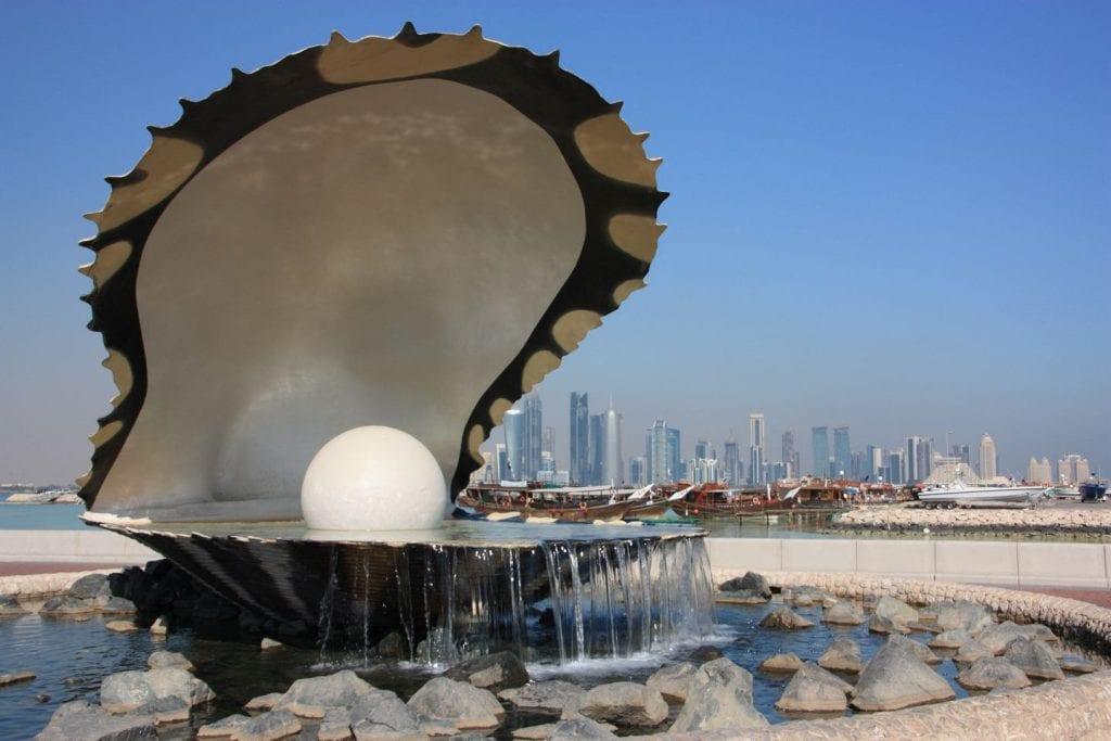 Pearl monument sul lungomare di Doha con skyline sullo sfondo