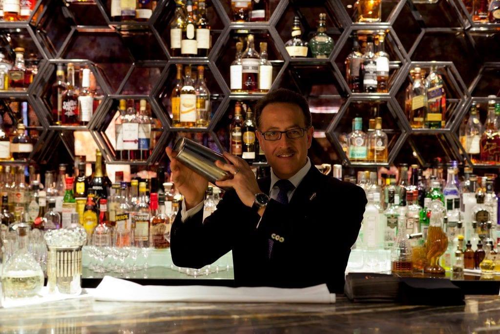 Salvatore The Maestro Calabrese dietro al bancone del bar