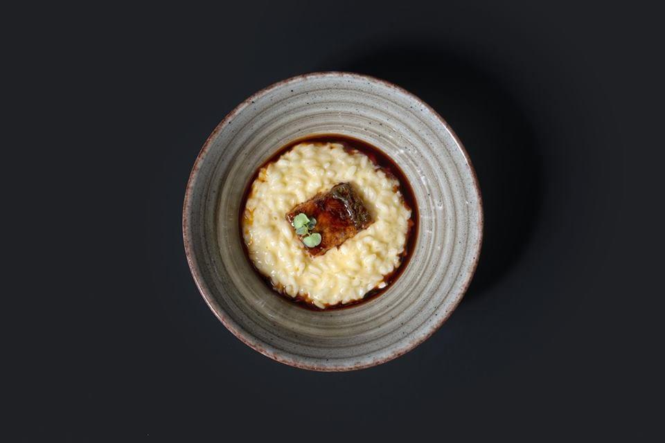 Un piatto di riso con anguilla da Essenziale a Firenze