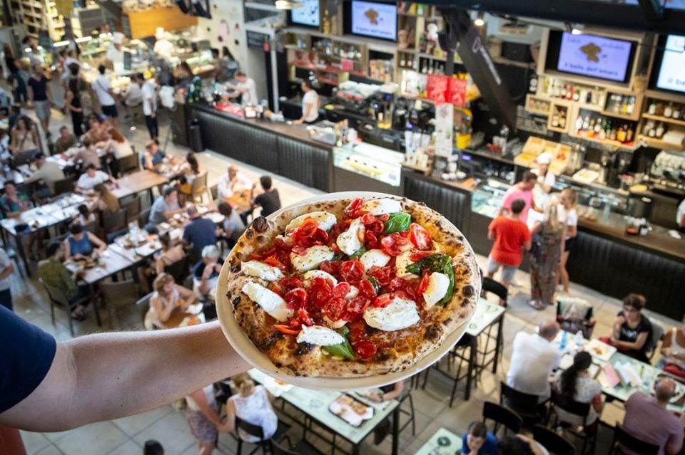 Pizza al piatto dalla terrazza del mercato centrale di Firenze