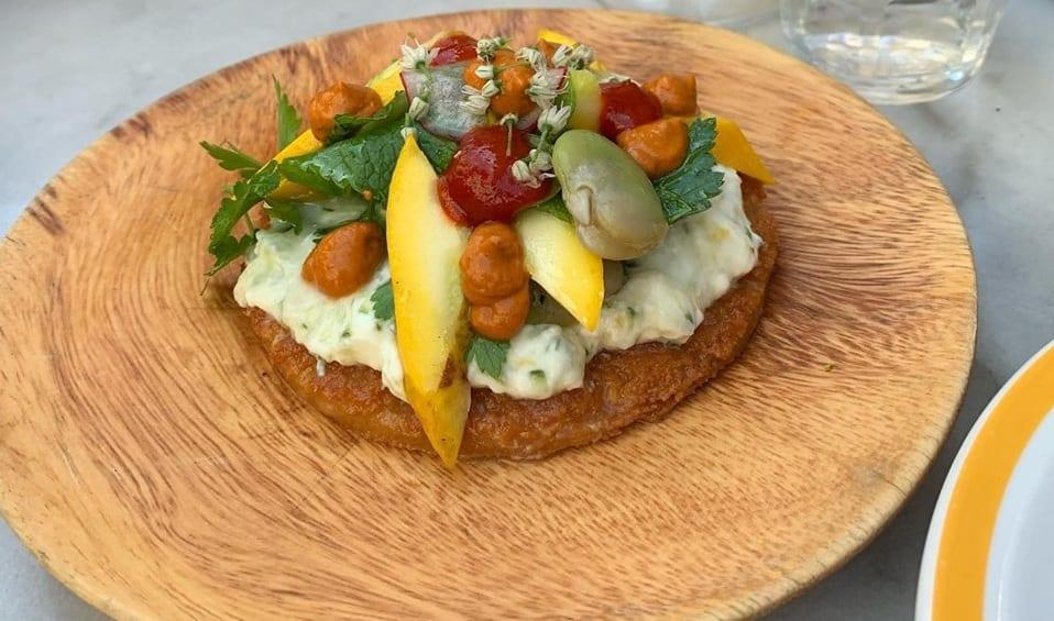 Un piatto vegetariano proposto da For the love of food, con fave fresche, formaggio, frutta e verdure