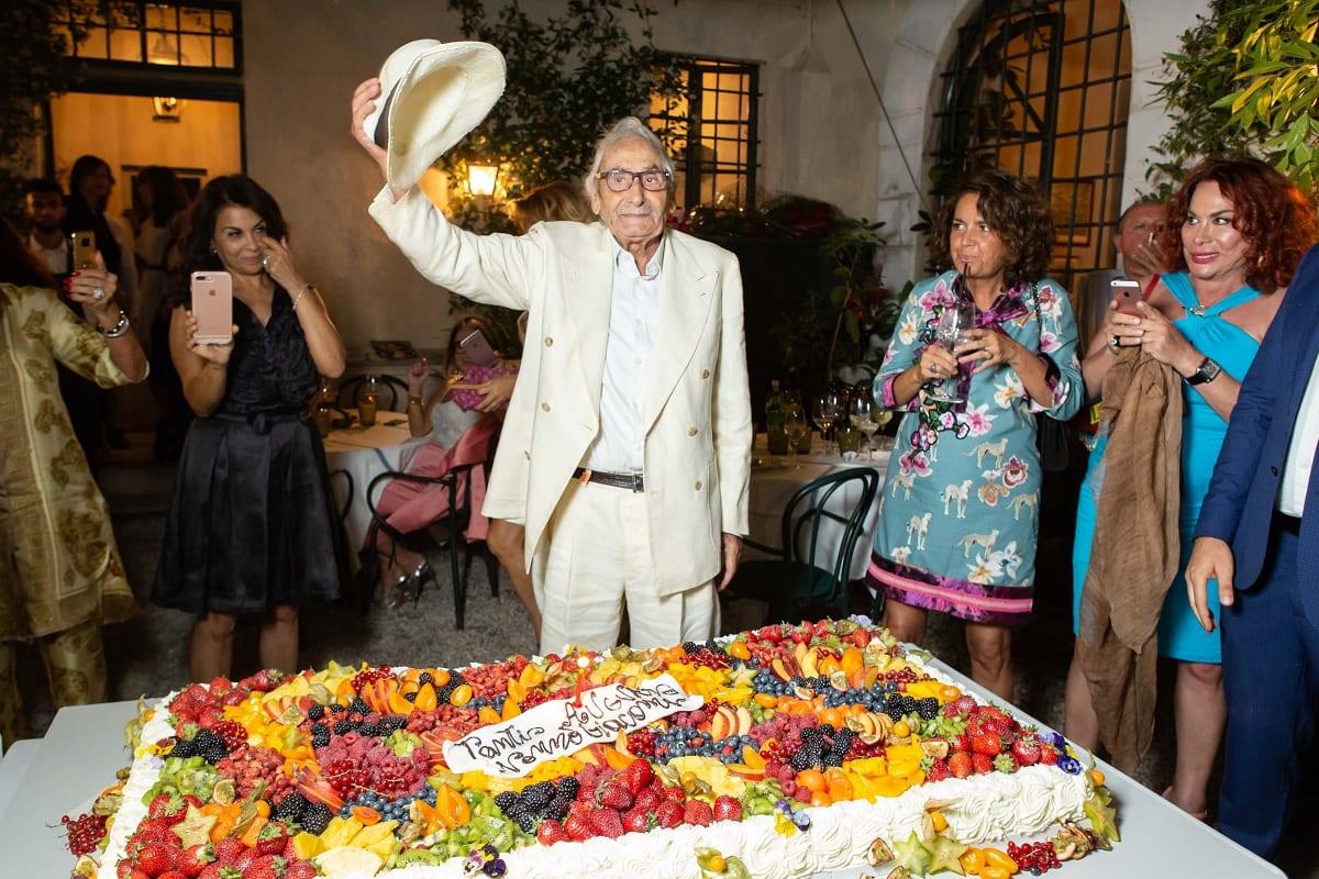 Giacomo Bulleri con la torta dei 93 anni a Pietrasanta