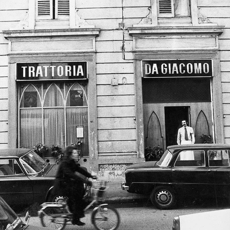 L'esterno della Trattoria da Giacomo negli anni 50, foto in bianco e nero