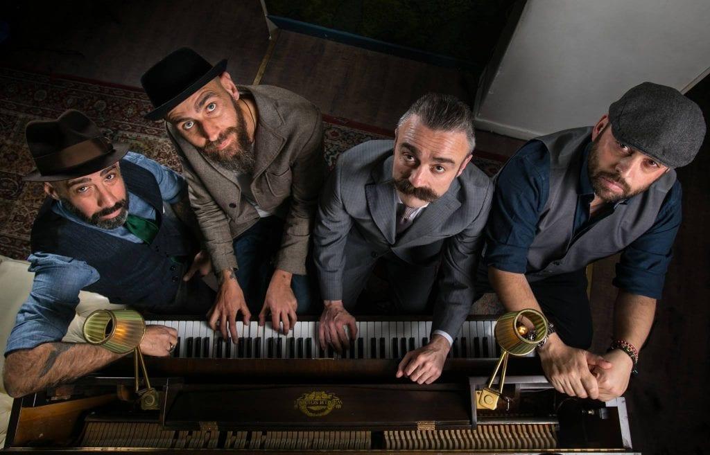 Il team del Jerry Thomas di Roma, con abiti anni Trenta al pianoforte