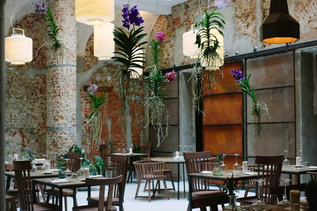 La sala de la Menagere con fiori sospesi