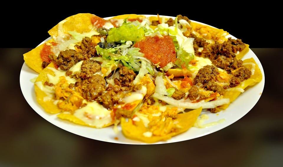 Nachos con carne, formaggio fuso e insalata