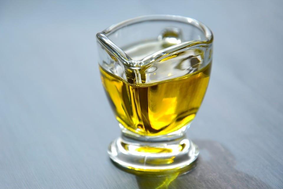 Bicchiere di olio exrtavergine di oliva