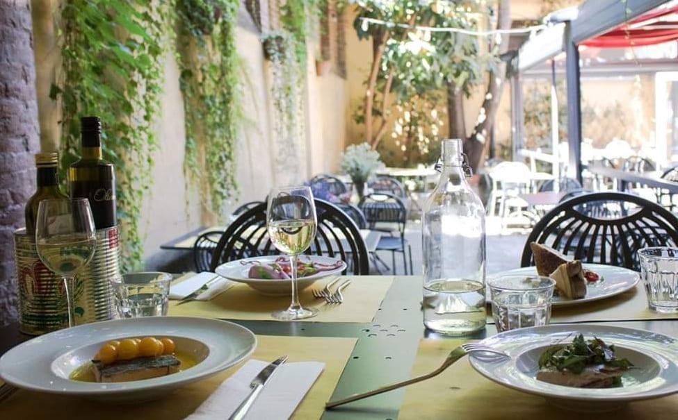 Il giardino di Pane e Panelle con tavolo apparecchiato