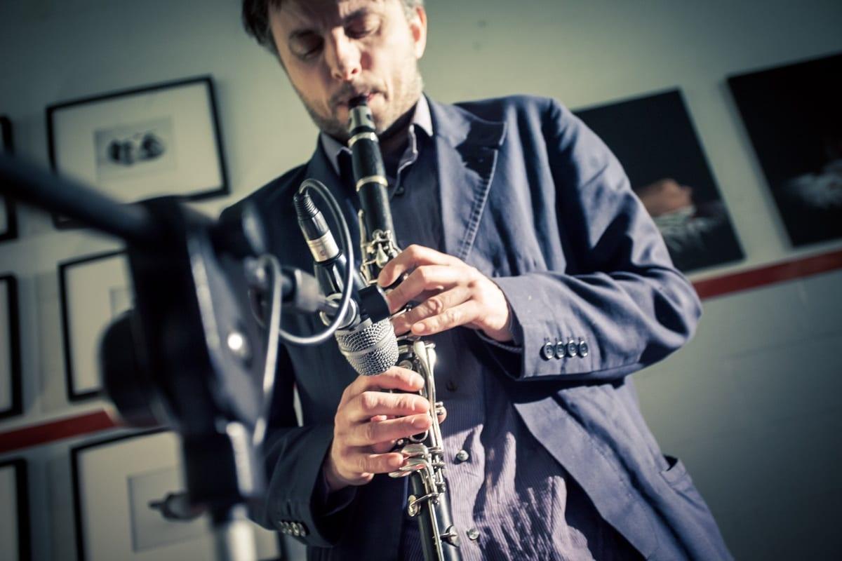 Un musicista suona il clarinetto