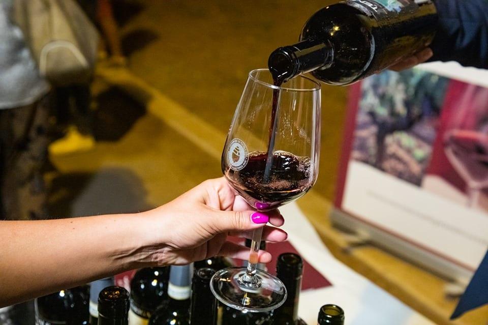 Banco d'assaggio del Primitivo di Manduria: il vino versato in un calice